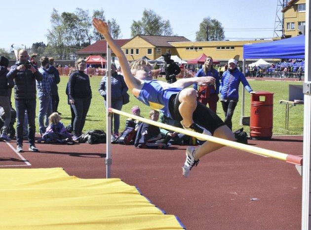 Med spenst og teknikk greide Oliver Tande Lindgren (10 år) å snike seg over listen i høydehoppkonkurransen.