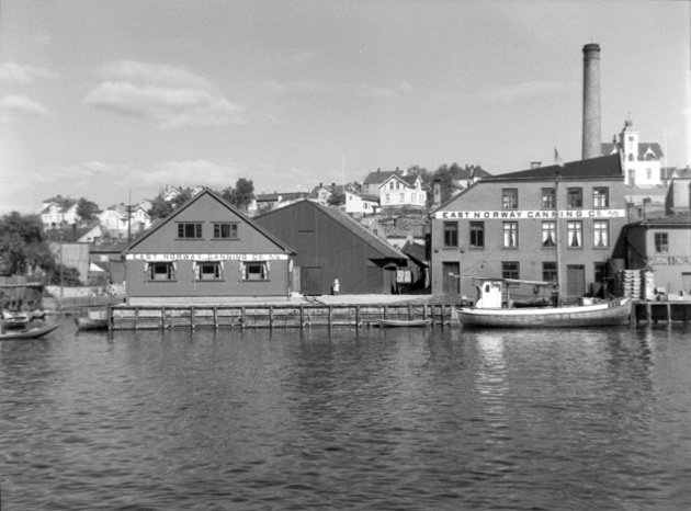 Stor før Stabburet: The East Norway Canning Co. A/S lå ved Vesterelven, ved Evjas utløp. Firmaet ble ble stiftet i 1916, bildet er fra 1933.