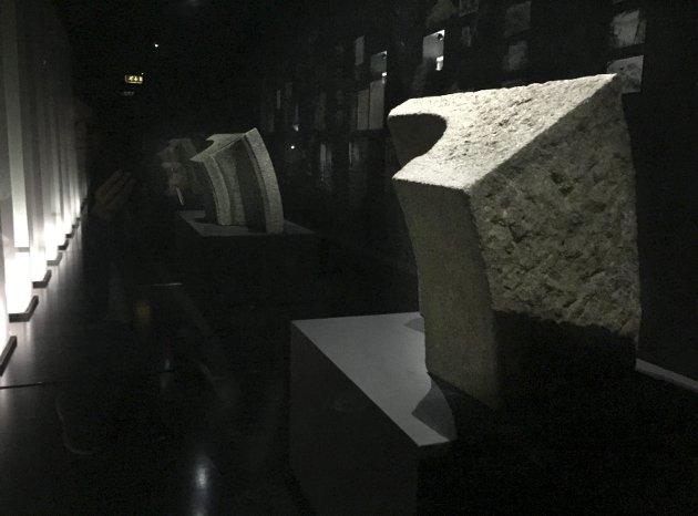 Stenen: Mellom to glassplater og fancy lyssetning står stenen og lurer oss til å tro at det er flere av den. Den ble laget til Hitlers planlagte triumfbue i Berlin.