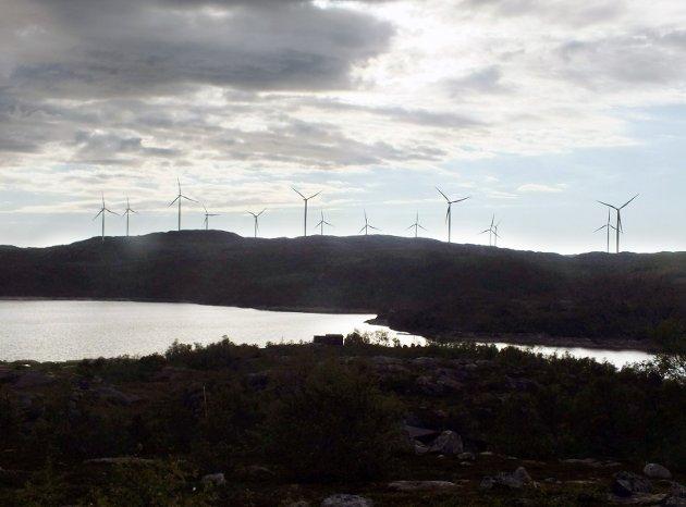 VINDMØLLER: Foto fra Nygårdsfjellet ved Narvik. Omtrent slik vil kanten av Øyfjellet fortone seg sett fra Mosjøen. Med lys i alle propellspissene kan det bli et mektig syn i vintermørket. Foto: Bjørn Økern