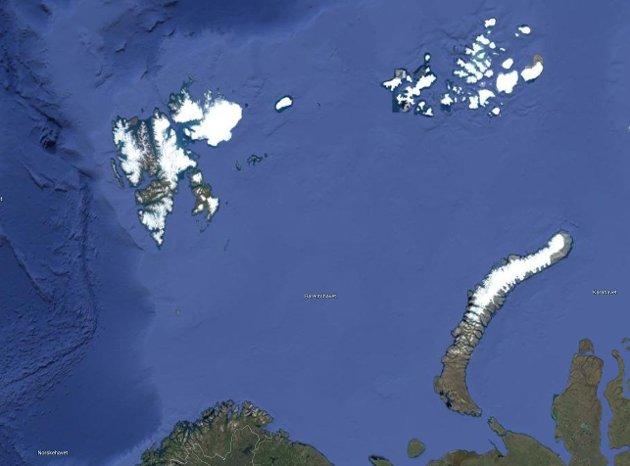 NESTEN NABOER: Franz Josef Land øverst til høyre og Svalbard til venstre i kartutsnittet. Kysten av Troms og Finnmark i nedre kant av bildet. I vår gjennomførte russerne Øvelse Umka-21 ved øygruppen Franz Josef Land. Forsvarsdepartementet behaget ikke å informere om at tre russiske atomubåter brøt opp gjennom isen innenfor et lite område, skriver John Berg.