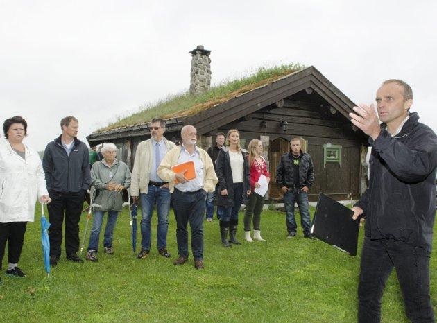 Befaring: I Juni 2013 inviterte Jan Tore Hemma kommunens planutvalg på befaring, blant annet ved badehytta. Her stilte også bygdefolket opp i stort monn for å støtte naboen sin. Politikerne var ikke like begeistret. Foto: Jan Rune Bakkelund