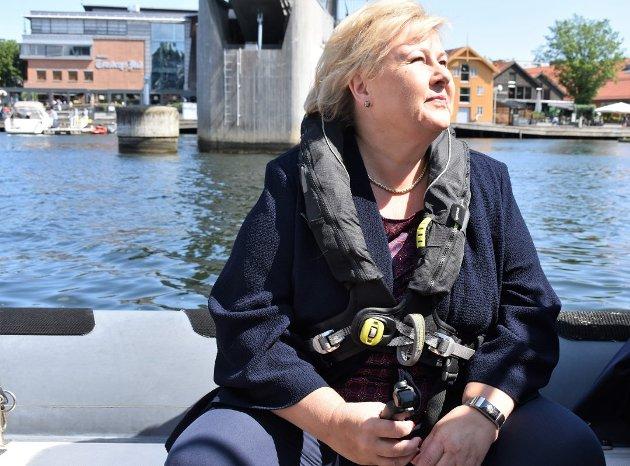 STOLT: Selv om disse ukene har gitt oss mange bekymringer, har de også fått frem mye fint: Vennetjenester, samhold og solidaritet, skriver statsminister Erna Solberg, her på besøk i Tønsberg ifjor sommer.