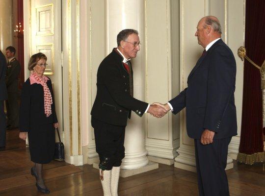 I 2007 fekk Arne Villanger Kongens fortenestesmedalje. Her helser han og kona Randi på Kong Harald i 2009.