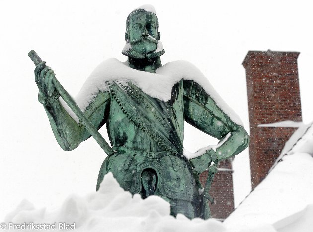 Stort snøfall i Fredrikstad: Statuen av kong Frederik i Gamlebyen står med snø opp til knærne. Foto: Geir A. Carlsson, 01.03.2006