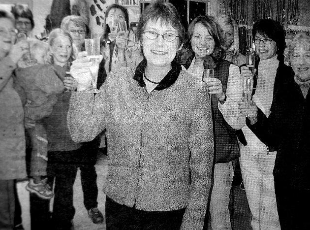 Oddny T. Olsen var første kvinne som vant Vestvågøys kommunes næringspris. Damelaget Kvikk og Vill  feiret medsøster Oddny T. Olsen med champagne. - På tide at en kvinne vant næringsprisen mente de. Kvikk og Vill  var et damelag som hadde som oppgave å jobbe for å få kvinnene i Lofoten opp og fram. Nettverket med damer fra 30 til 80 år hadde eksistert i to år og prisvinner hadde vært med fra starten.