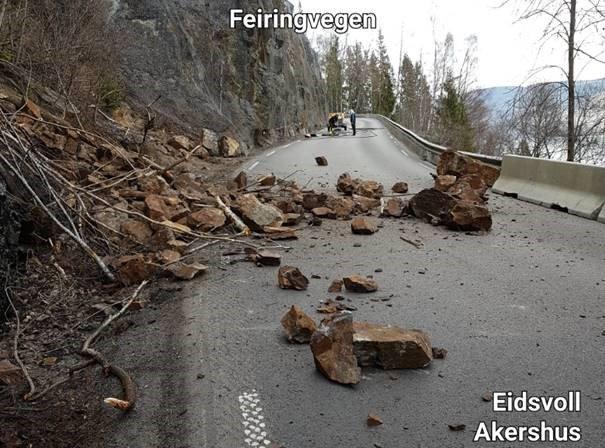 STORE STEINER: Her ligger steinene som raste ut mandag på det trange strekket ved Byrudberga på fylkesveg 33