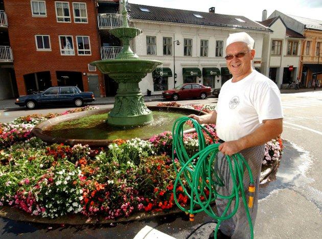 24. august 2005: Hans Martin Lang har spandert blomster ved fontene ved Chr. Hvidts Plass