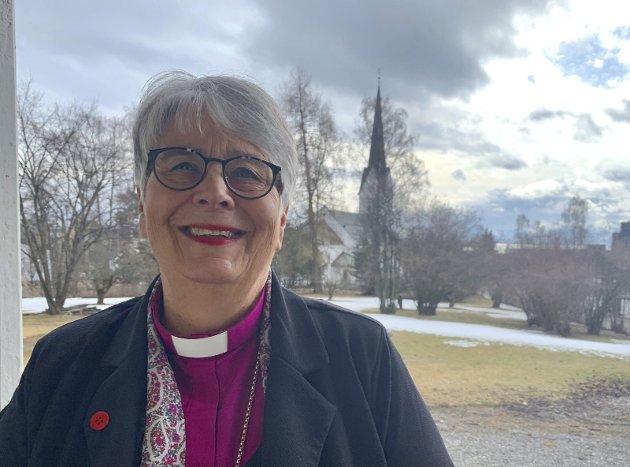 Påskehøgtida: På påskeaftan vil kyrkjeklokkene ringa. Den norske kyrkja vil ha eit nærvær og eit tilbod også denne påska og vil i ei krevjande tid formidla mot til håp, skriv biskop Solveig Fiske.