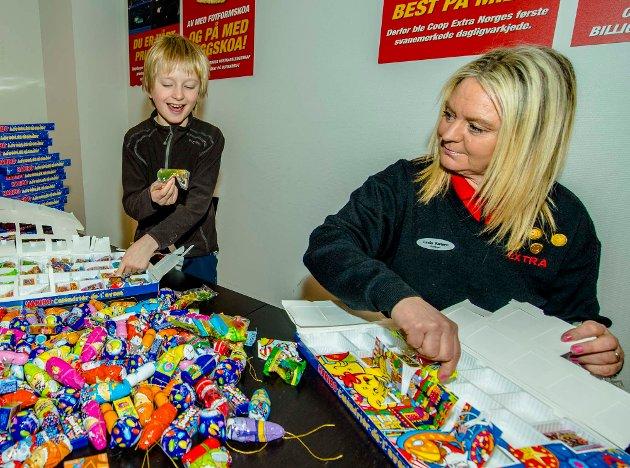 Max Jakobsen (9) og butikksjef Linda Karlsen fant fort tonen når de åpnet lukene på julekalenderne Extra ikke hadde solgt.