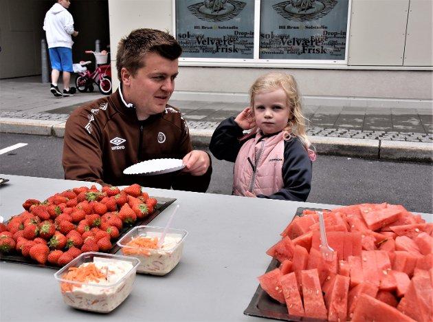 BRUN FROKOST: Her er Nora (4) og pappa Håkon Stærkebye i bær- og fruktdelen av langbordet i Møllergata.