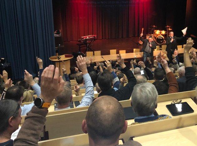 196 forsvarere: 196 kommunestyrerepresentanter, ledet av ordførne Rune Støstad (Ap) og Bjarne Eiolf Holø (Sp) rekker armen i været for et felles forsvar mot statlige ransforsøk.