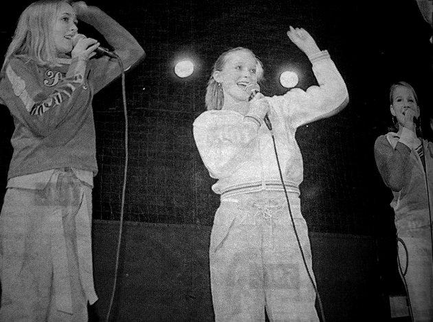 Moskenesjentene Charlotte Ellingsen, Maja Johnsen og Ragnhild Larsen var blant de heldige som gikk videre  i dette årets kulturmønstring. Det var stinn brakke i lekneshallen. Et par hundre publikumere var kommet for å se hva de 106 deltakerne hadde å by på. Deltakerne var mellom  9 og 19 år.