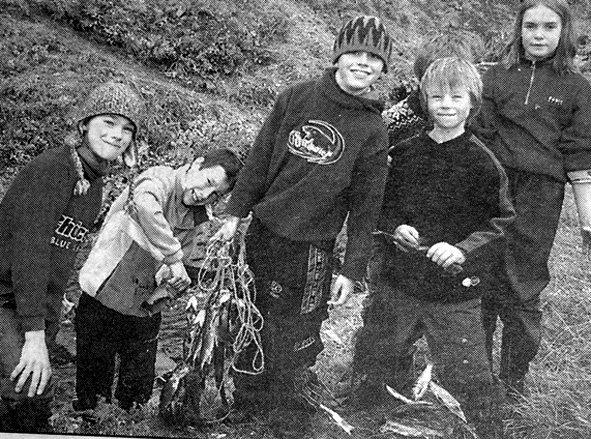 Erlend Stokvold, Bjørnar Danielsen, Markus Pettersen, Karl Tore, Øyvind Starheim Nilsen og Stine Marie Sandnes viste stolt fram noe av fangsten  de fikk i garnene de hadde satt kvelden før.  De var på basecamp på Eltoft.