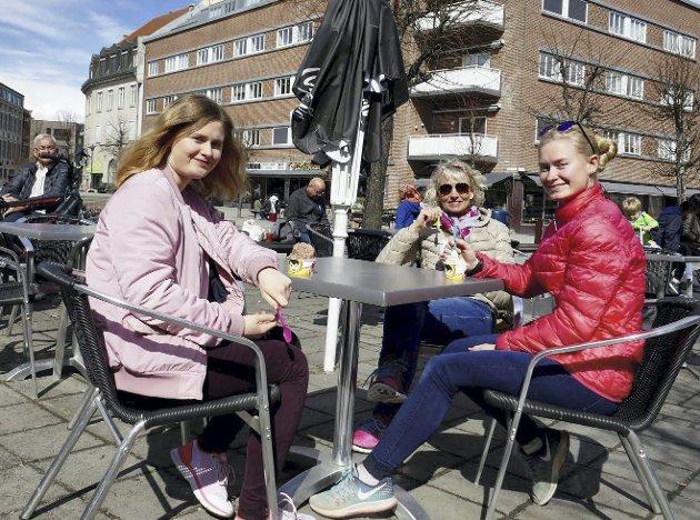 Priser våren: Kari Arnestad trosset kald nordavind og tok med seg døtrene Ida Bolette og Nora Marie på bytur, for endelig å nyte sesongens første is på Søndre torg.