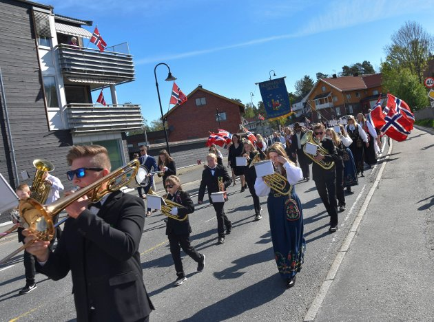 17. mai Trøgstad: Skjønhaug skolekorps gikk først i toget.