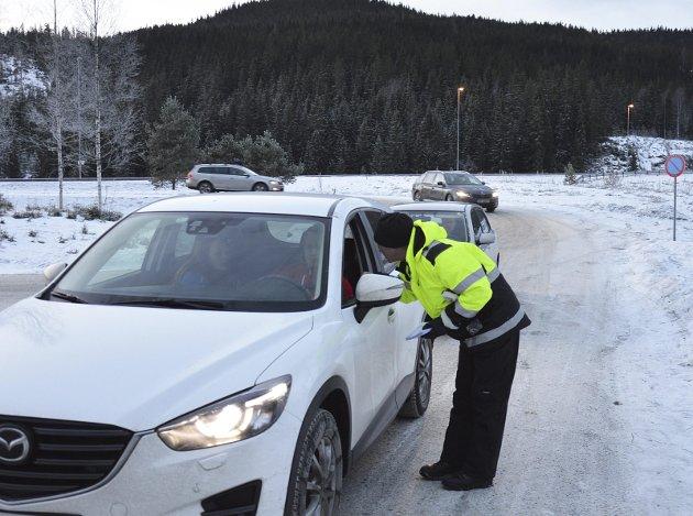 INFO: Johnny Gangsø informerer og guider om parkering og flotte skiforhold innenfor perleporten.