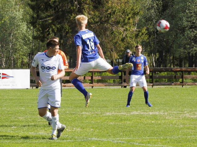 Mosjøen - Fauske/Sprint 4. divisjon HESA Kippermoen stadion 1-1. Alexander Gløsen hopper foran Thomas Jacobsen