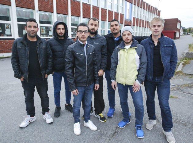 SA I FRA: De syriske flyktningene i Mehamn fortalte blant annet at de sitter mye alene på skolen uten lærer. Fra venstre Maher Alabbud (26), Hamzah Yaghmour (27), Radhwan Y. Alfadhel (28), Aous Alkhadhour (28), Mahmoud Hajali (25), Adel Almustafa (27) og Mohammad Abaza (44).