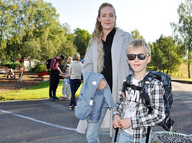 Odin Dille Inman hadde solbrillene på og gledet seg til skolestart, da han sammen med Linnea Inman Tjørve møtte opp i god til til første skoledag i Hof onsdag.