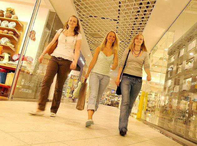 2006: Katrine Bringe, Pernille Andreassen og Monica F. Pettersen shopper på Amfi-senteret i Moss sentrum.