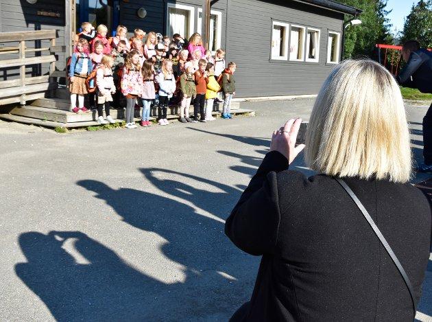 Stolte foreldre tar bilde av skolestarterne på Hauknes skole.
