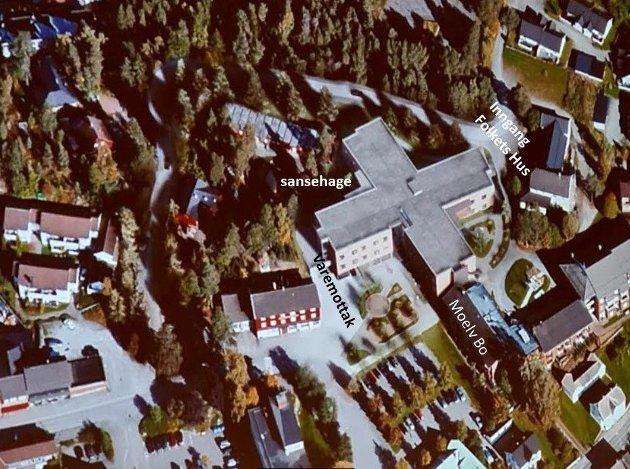 Legg merke til plassering av sansehage for demente, ny Parkveg som går helt inntil bygget på to steder samt nærhet til Folkets Hus.