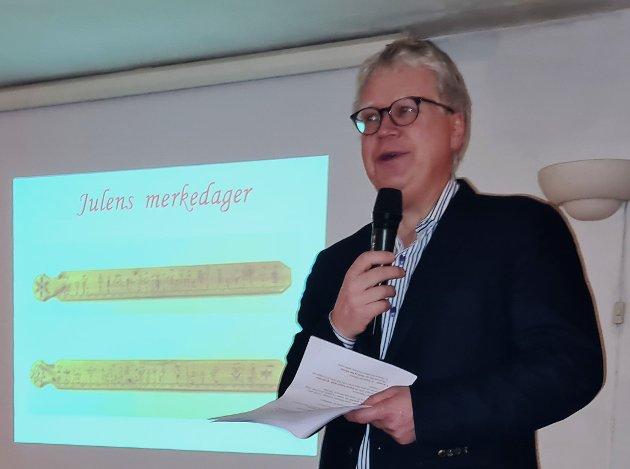 Geir Thomas Risåsen idet han forteller om primstaven og julens merkedager. Foto: privat.