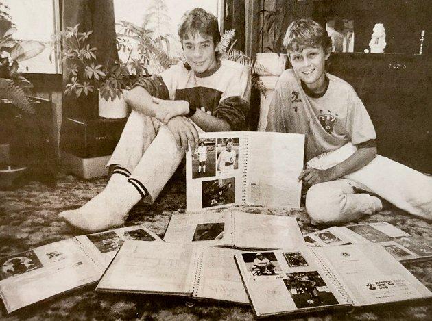 Christer Holter og Stefan Omvik var i lokalavisen for å ha samlet over 2.500 autografer. Uken før bildet ble tatt fikk de autografen til fotballegenden Pelé på Ullevaal stadion.