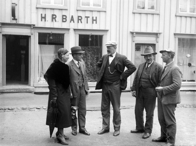 Fra venstre: Fru Barth (den første), Harald Robert Barth, Leif Godager (redaktør). Forran H.R. Barth's butikk i Sjøgata.