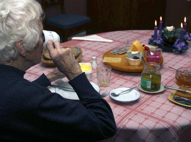 Gammel dame spiser frokost. Drikker kaffe. Frokostbord. Kosthold. Sunt. Sunnhet. Pensjonist. Pensjonister. Tidsfordriv. Eldres levekår. Å bo alene. Savner familien. Lengter. Ensom. Adventskrans. Alderdom. Drikke. Foto: NTB - - MODEL RELEASED - MODELLKLARERT - -