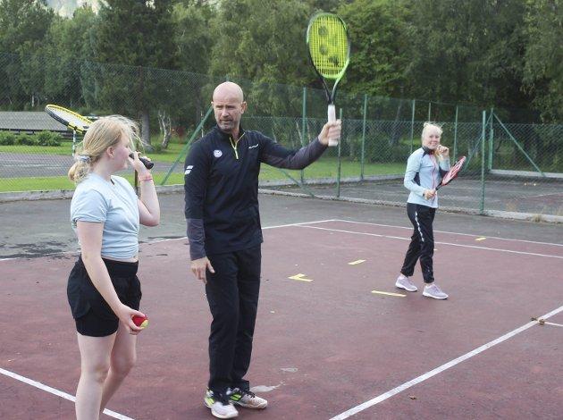 Mosjøen tennisklubb hadde tennisskole og assistentkurs med Espen Lilleaas i helga. Han er aktivitetsleder og kursleder i Norges tennisforbund. Her instruerer han Savannah Tokle på serve.