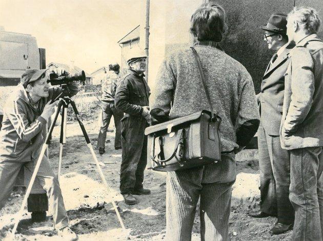 FILM: Finlands fremste kortfilmskaper Aarno Selander bak kameraet. Her gjør han opptak foran monumentet. Erling Arvola (t.h.) og fylkesmann Anders Aune blir intervjuet.