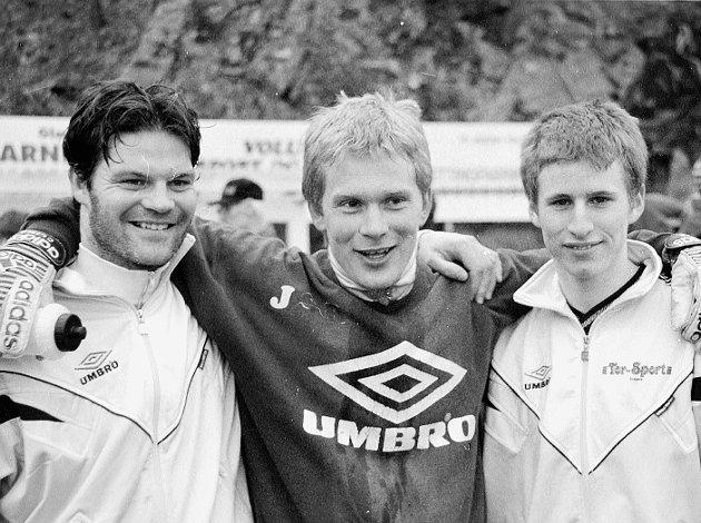 1998: Kragerø åpnet med storseier i sesongpremiere med 6-0 over dumpekandidat Gulset. F.v. Anton Kvilaas, Sigurd Rødsand, og Sandro Occhipinti.