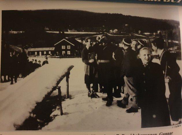 Bollebakken: Bollen hadde to hoppbakker, store og lille Bollen. Her fra Sørperennet i lille Bollebakken i 1952. Gunnar Larsen gir klarsignal med trompeten, til venstre for han Larsen står Odd Kristoffersen. til høyre: Willy A. Einarsen og Hans Møller.