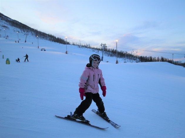 GIKK UNNA: Synne (7) suste ned alpinbakken i Kroken. Her tilbrakte hun formiddagen med mamma og pappa.