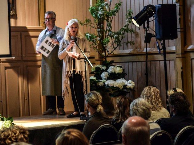 Sandefjord Hagefestival 2016 - Mange var kommet for å høre guru Claus Dalby. Her ønkser arrangør Marit Jørgensen den danske hageguruen velkommen.