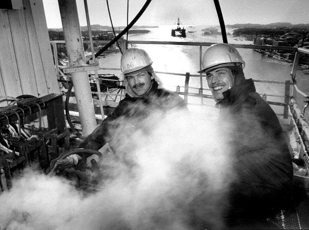 7.februar 1985: Nok å gjøre på Framnæs.  Framnes Mek. Verkstad hadde mye å gjøre , noe som ga en god stemning  i byen, med sine 717 ansatte var det en stor bedrift.   Boretårnet på plattformen  Dyvi Stena som ligger ved Framnæs er ikke den varmeste arbeidsplassen , kan Bjørn Grønnseth og Odd Nesslund slå fast. I bakgrunnen sees Borgny Dolphin på vei inn fjorden.