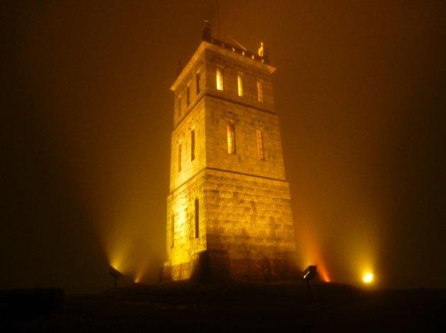 MALPLASSERT: Et engelsk steintårn passer nemlig best der det rettelig hører hjemme - i England, skriver Tore Huseby.