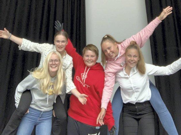 Frivillig arbeid: Malina, Tiril, Theodor, Kari og Agnes vil hedre hverdagshelter i Tvedestrand. Nå ber de om innspill.
