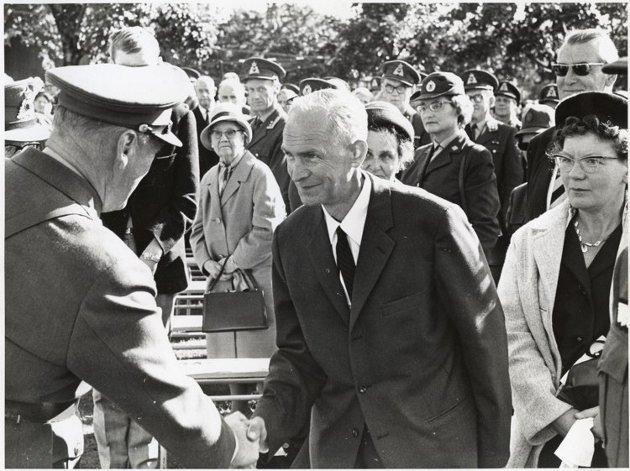 KONGELIG HÅNDTRYKK: Kong Olav hilser på Gunvald Tomstad og hans kone Sofie i Vigelandsparken i Oslo på Forsvarets Dag i 1966.