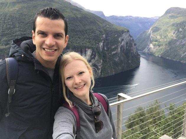 – Det føles som at norske myndigheter vil ta fra oss muligheten til å være sammen med vår familie, ettersom det er så vanskelig å komme hjem til jul, skriver Karoline Norheim Fausk. På bildet er hun sammen med kjæresten Airam Manuel Santana Leon. FOTO: PRIVAT