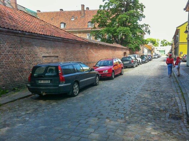 Ikke til å unngå: – Ideelt sett burde det ikke stå biler i gatene i Gamlebyen, men det finnes, som sagt, ikke alternativer, skriver Egil Syversen.