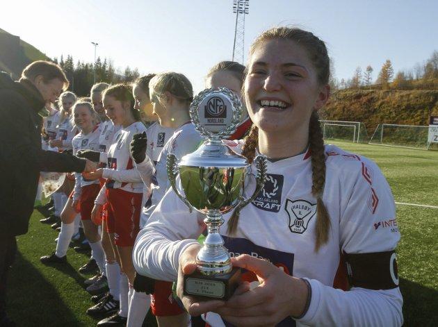 KM-finaler fotball på Sagbakken stadion. J14 Grand Bodø-Halsøy 1-3 (0-0). Kaptein Olea Mathea Kjønnås Vollan med pokalen som i fjor da de vant J13-finalen. Bilder: Per Vikan