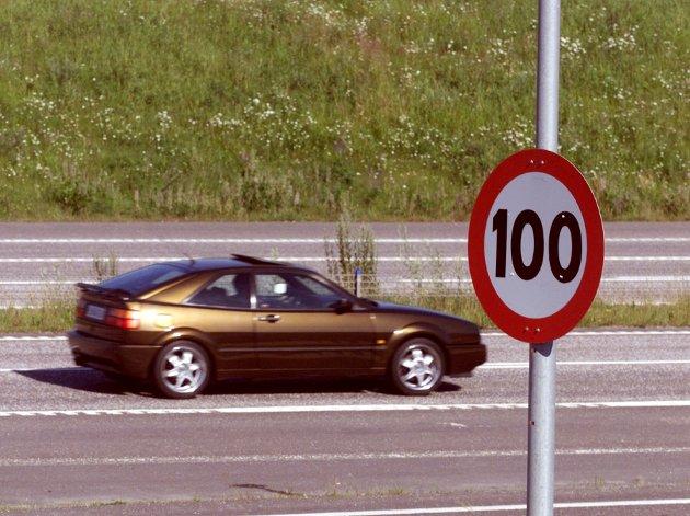 – Da Sverige økte farten på en del av eksisterende motorveinett fra 110 til 120 km/t, økte personskadeulykkene, skriver Elisabeth Lindland. (illustrasjonsfoto).