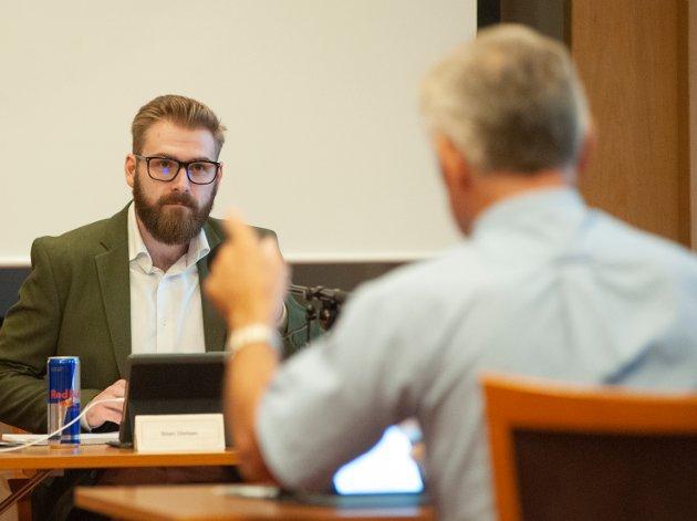 KRITIKK: Ordfører Stian Olafsen får hard kritikk av opposisjonen, som velger å framføre den fra talerstolen framfor over bordet.