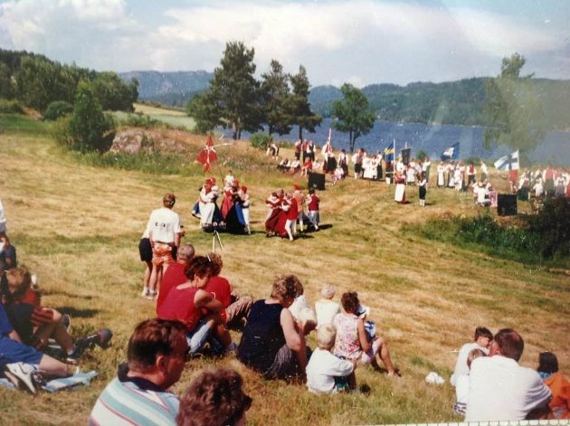 Tidligere blei det i mange år arrangert grøtfester på Eikenes. Dette bildet er fra festen i 1994, hvor det var besøk fra de andre nordiske landa.
