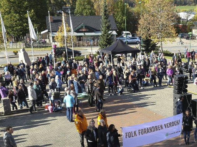 Motdemonstrasjon: Fra rasisme- og nazimotdemon-strasjonen på Flisa lørdag.Foto: Sverre Viggen