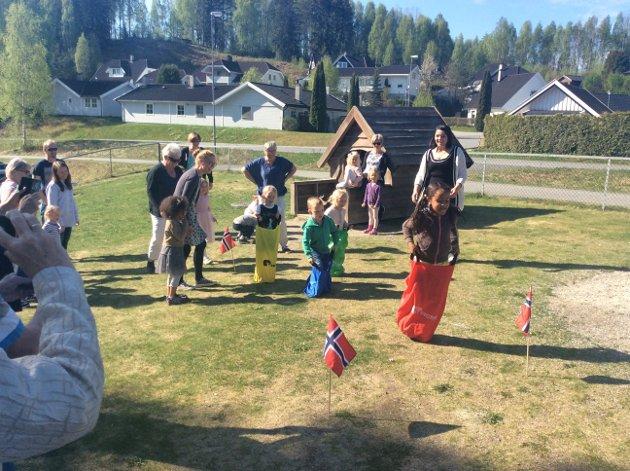 Det ble arrangert typiske 17. mai-leker i barnehagen.