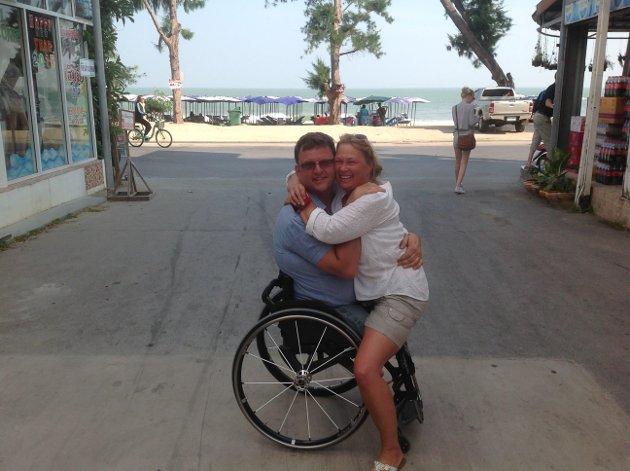 I Thailand: - Vi er borte en måned hvert år i TCha-Am i Thailand, sier Atle Haglund og samboer Vibeke Kristiansen.